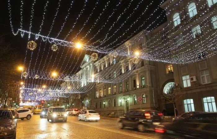 Киевские коммунальщики приступили к развешиванию новогодних иллюминаций