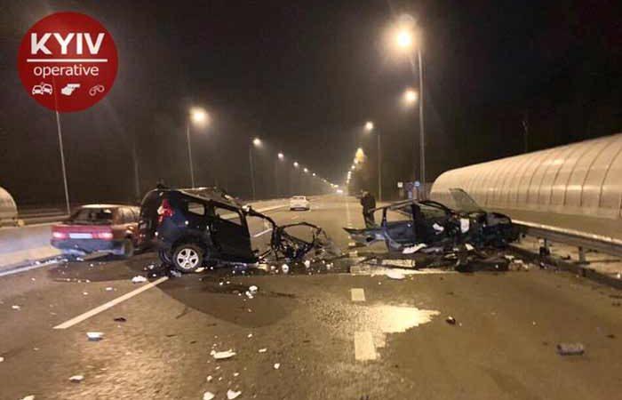 В Киеве случилась ужасная ДТП: Автомобиль разорвало на куски