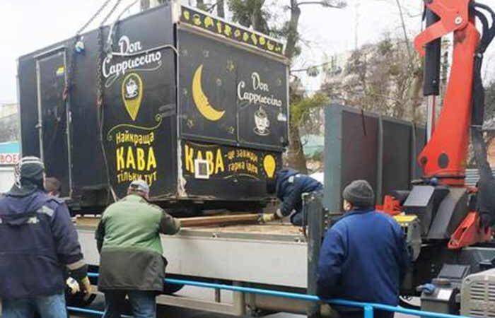 В Киеве продолжают убирать нелегальные МАФы