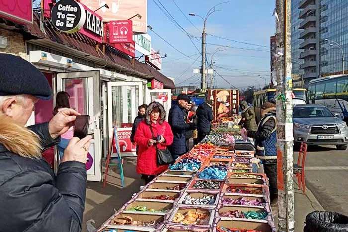 В Киеве в Голосеевском районе разогнали стихийный рынок около метро