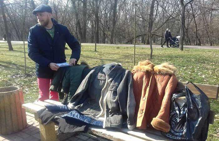 Одежда на деревьях: В Киева на Русановке нестандартно помогли бедным