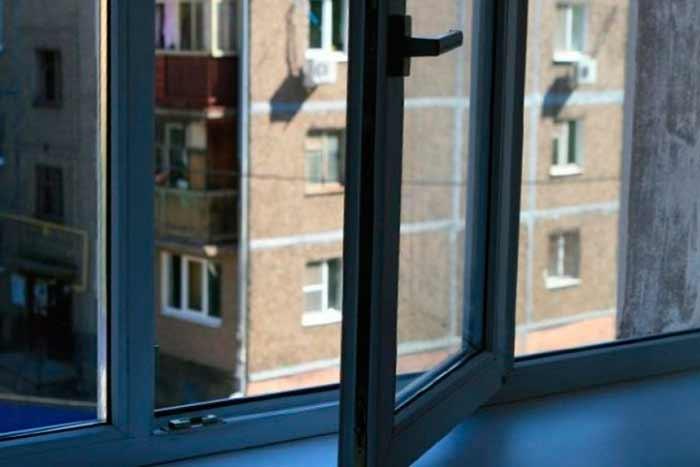 В Киеве мужчина выбросился из окна
