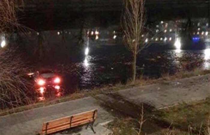 В Киеве: автомобиль слетел в Русановский канал