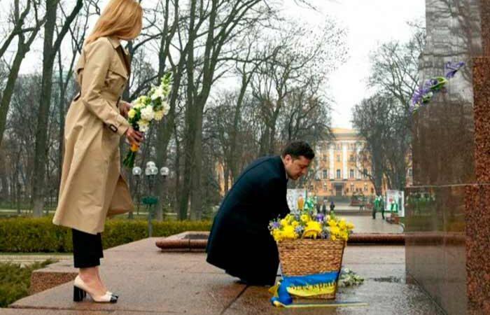 Киевляне принесли охапки цветов к памятнику Шевченко