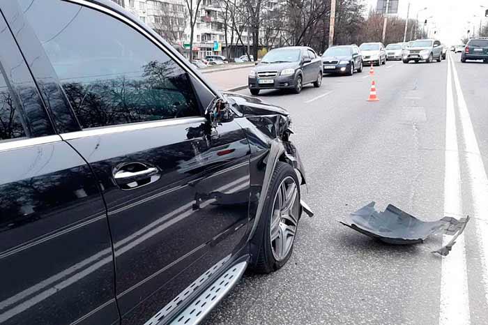 Страшная авария в Киеве: первые детали о столкновении Mercedes и скутер