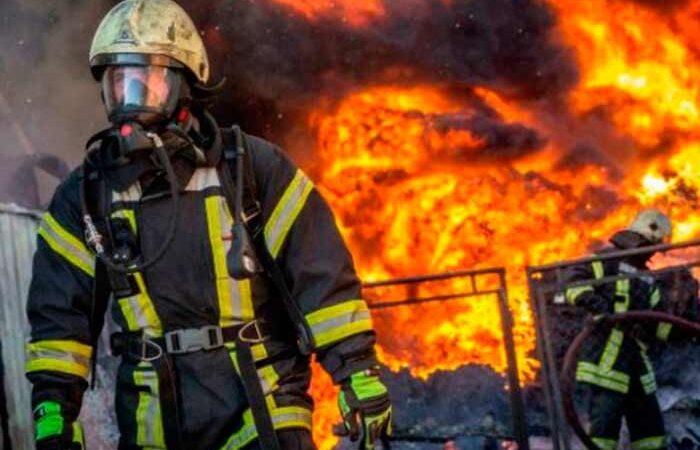 В Киеве во время тушения пожара в квартире спасли пенсионера