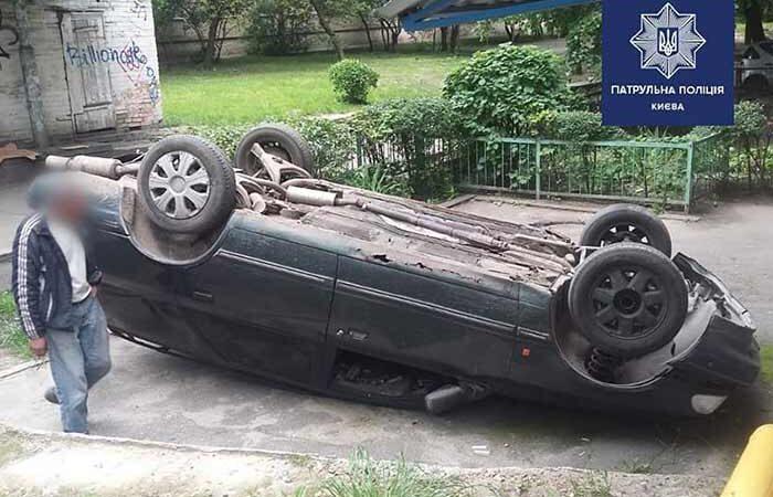 В Киеве на проспекте Отрадном автомобиль вылетел из дороги и перевернулся