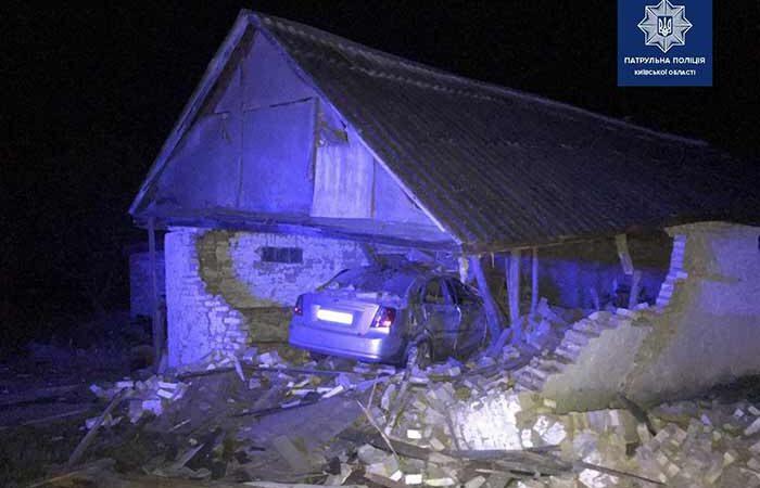 Пьяный водитель под Киевом врезался в сарай, есть жертвы