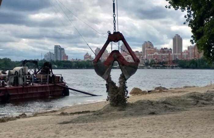 На столичные пляжи завезли свежий песок