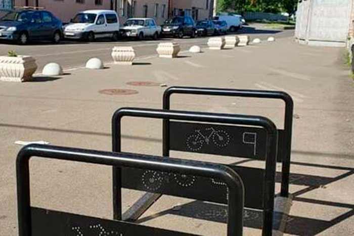 В Киеве около станций метро установили «перехватывающие паркинги» для велосипедов