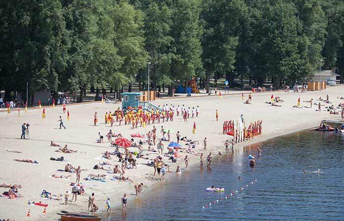 На девяти пляжах Киева — зеленые флаги: купаться разрешено