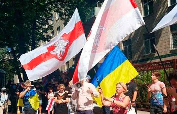 Жыве Беларусь! В центре Киева прошел митинг и автопробег в поддержку Беларуси — фото
