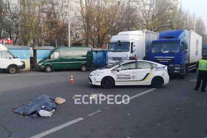 В Киеве водитель грузовика сбил женщину и поехал дальше