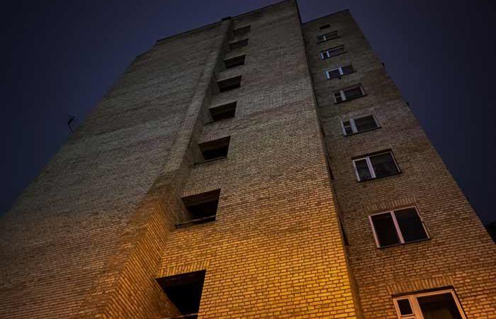 В Киеве из окна 10 этажа выбросилась молодая мама