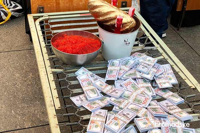 Под Офисом Президента в Киеве проходит акция с фальшивыми деньгами