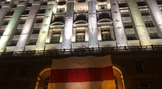 На здании КГГА вывесили бело-красный флаг в поддержку Беларуси