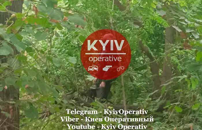 В Киеве в лесополосе нашли повешенное тело мужчины