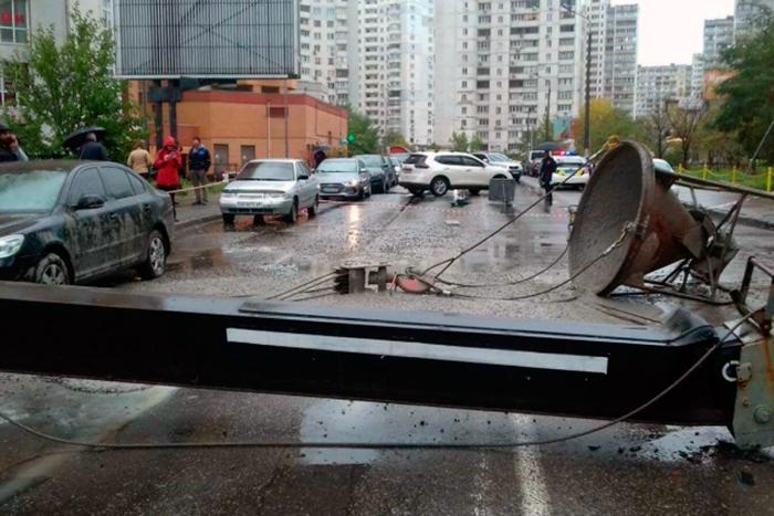 В Киеве строительный кран упал на автомобиль