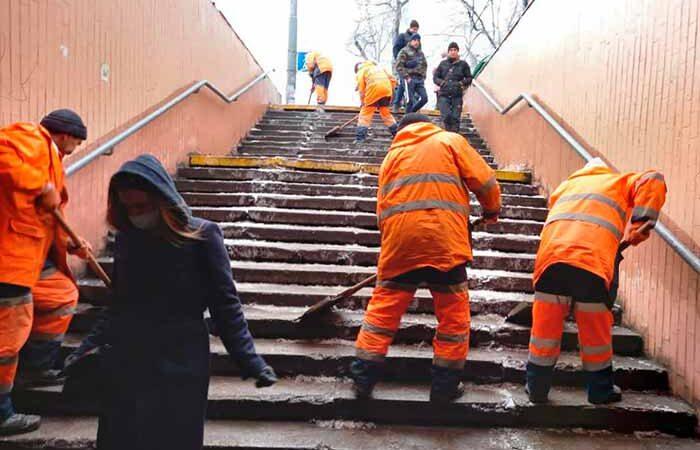 Лестницы и остановки в столице расчищают 69 бригад дорожников
