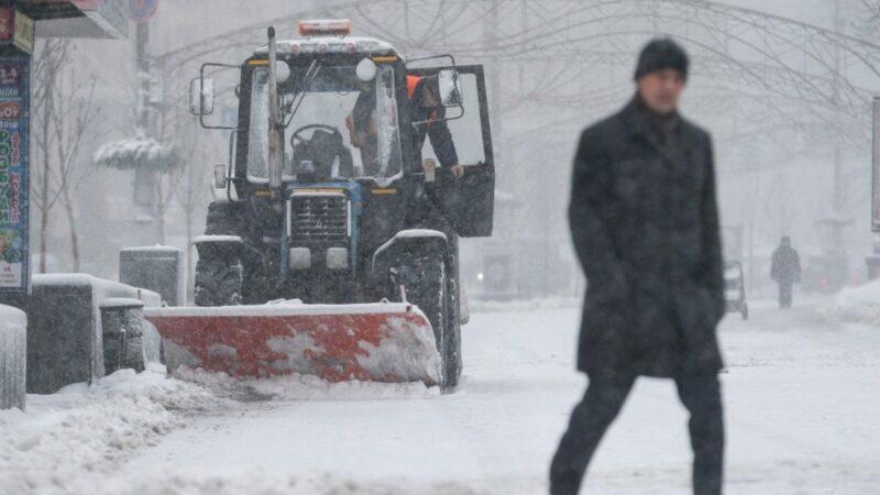 Спасатели предупреждают о снегопадах и гололедице на дорогах