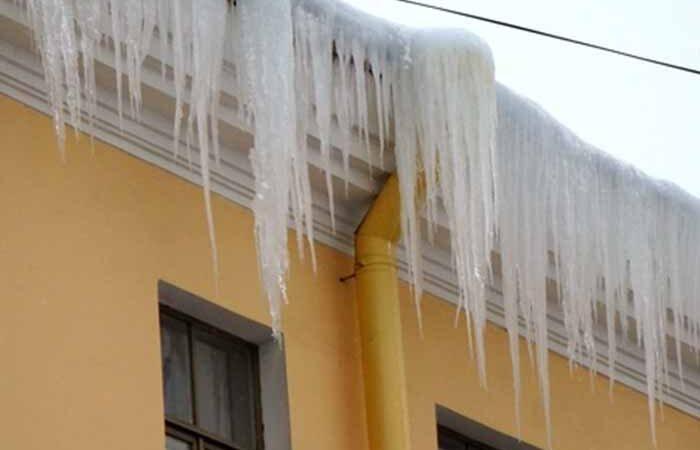 В столице начали штрафовать коммунальщиков за снег и сосульки