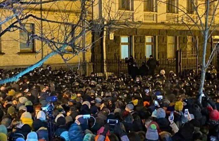При обеспечении правопорядка на улице Банковой пострадали 27 правоохранителей