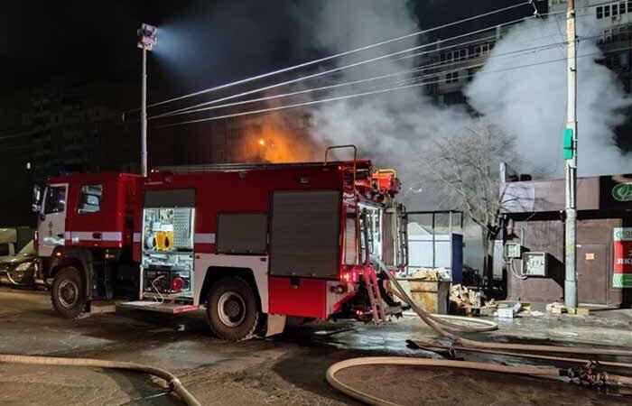 В Киеве на Святошино ночью горел большой рынок: уничтожено 5 павильонов