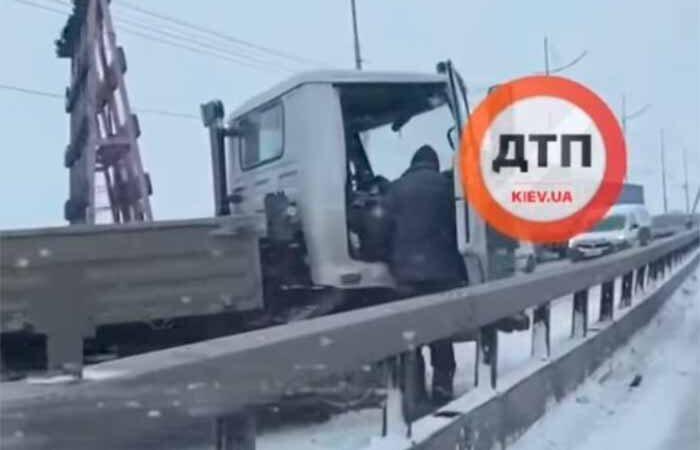 В Киеве на Северном мосту развернуло грузовик, видео