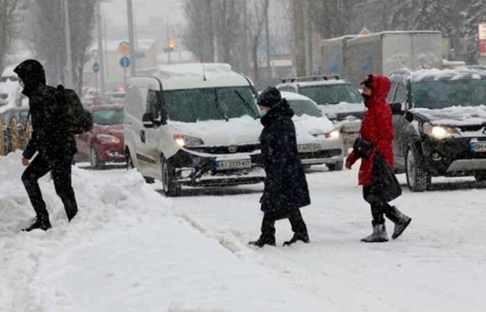 Киев закрывает школы, отменяет ярмарки и выводит спецтехнику: ситуация в столице из-за непогоды