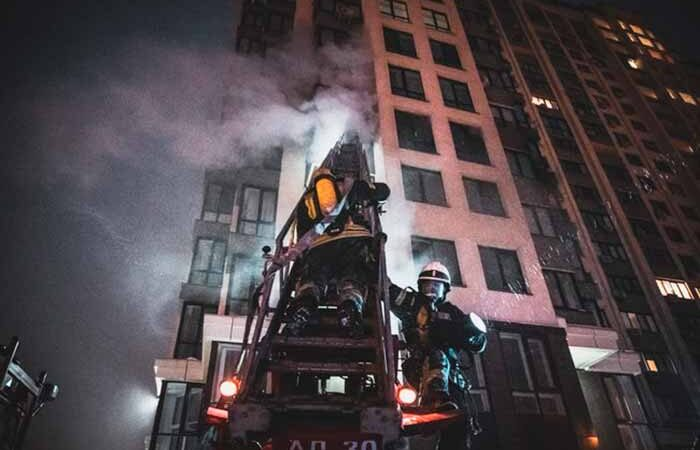 Пожар в столичной многоэтажке: пожарные не могли подъехать к дому из-за припаркованных машин