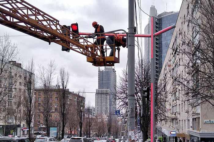 На бульваре Леси Украинки начали устанавливать светодиодные консоли