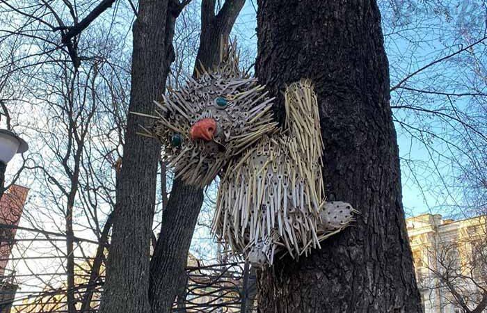 Киевляне собирают вилки для обновления уличной скульптуры