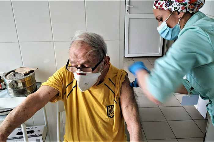 Старейшего украинца, что вакцинировался от коронавируса, внесут в реестр рекордов
