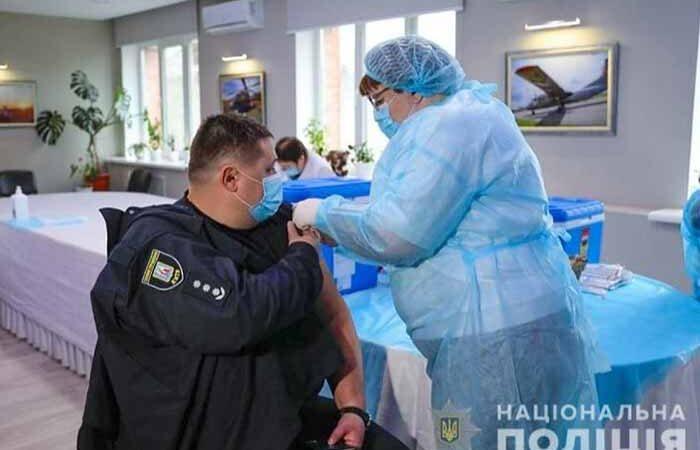 Полиция Киева вакцинируется от коронавируса