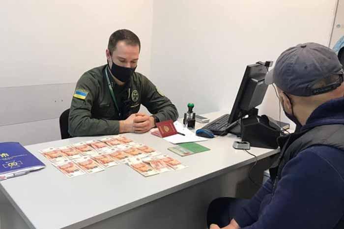 В аэропорту «Борисполь» россиянин предлагал пограничникам тысячу долларов в рублях