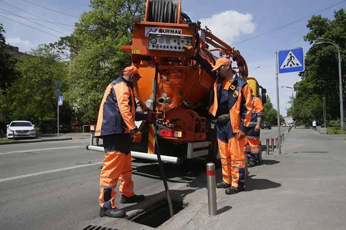 Чтобы ливни не подтапливали улицы, в Киеве ремонтируют дождевые коллекторы: адреса