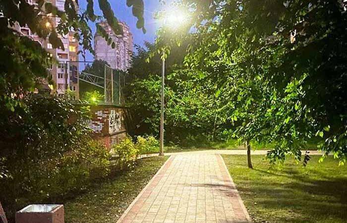 Сливы Писарди и фонари с солнечными батареями: на Соломенке обустроили сквер