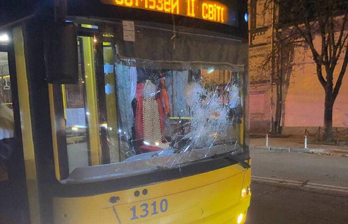 В Киеве задержали двоих мужчин, которые били троллейбус и плевали в полицейских