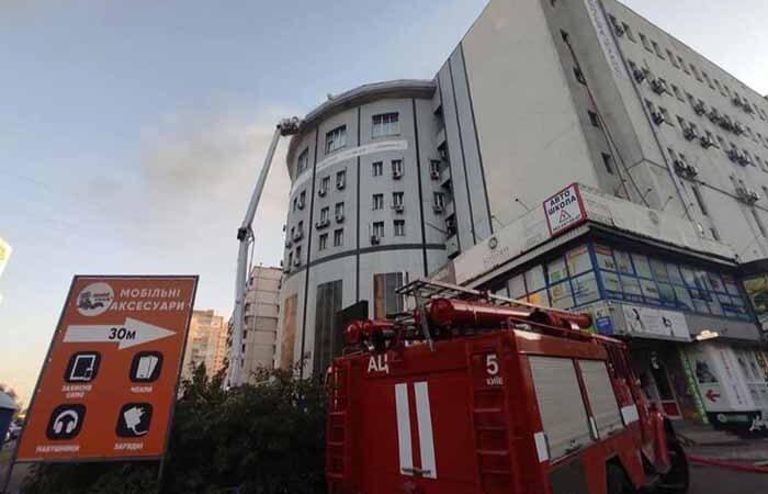 В Киеве горел бизнес-центр «Колизей»: в лифте заблокировало девушку
