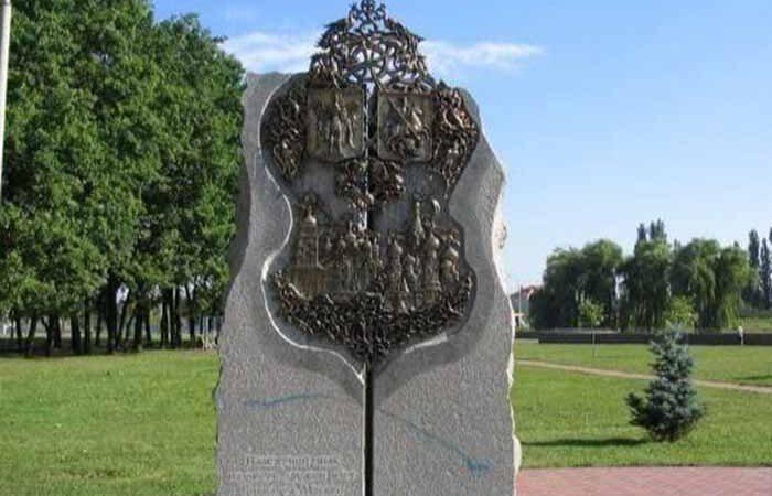 В Киеве снесли памятник в честь дружбы с Москвой